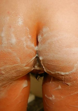 Oriental tiny Mana Utsumi meeting shower bath and exposing her twat in close up