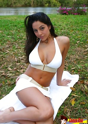 Curvy brownhaired has a picnic