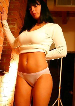 Amanda poses her large titties